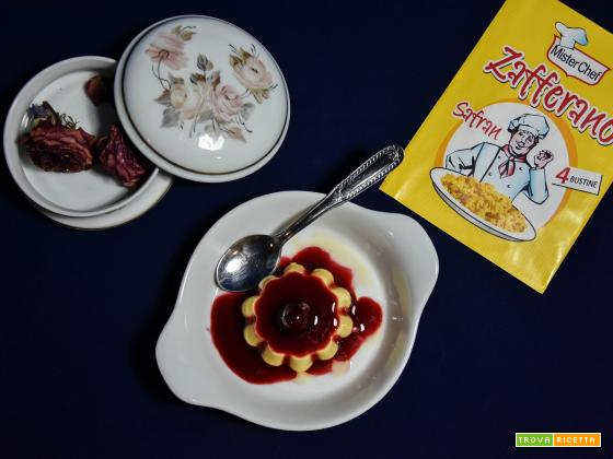 Panna cotta allo zafferano con topic di frutti di bosco
