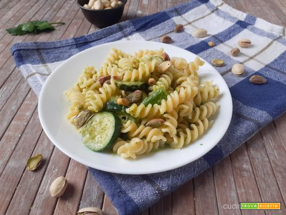 Fusilli zucchine, asparagi e pistacchi