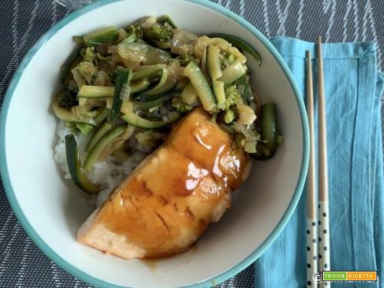 Donburi con salmone e verdure in salsa teriyaki: la ricetta per farlo a casa