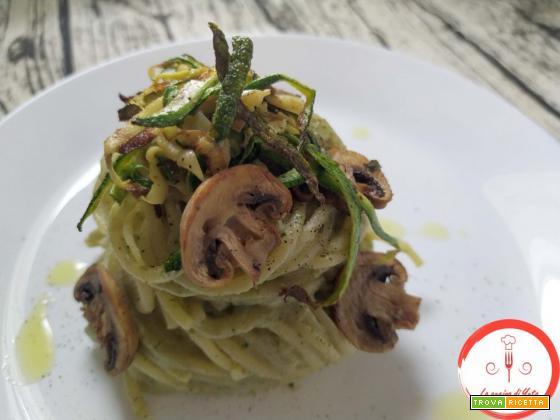 Spaghettoni con crema di funghi e zucchine