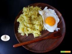 La mia ricetta di conforto: uovo all'occhio di bue con patate lesse schiacciate con olio, sale e pepe