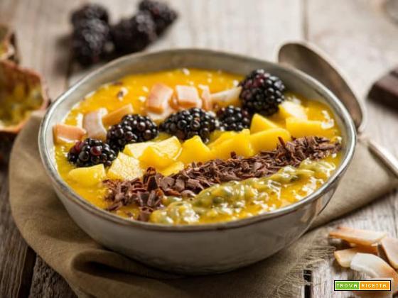 Smoothie bowl al mango, un dessert colorato e gustoso
