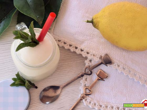 Sorbetto al limone fatto con la gelatiera