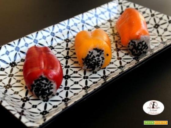 Peperoni dolci ripieni di hummus di fagioli neri speziati