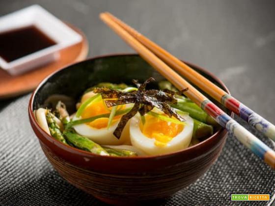 Bowl con soba e asparagi , un classico nipponico