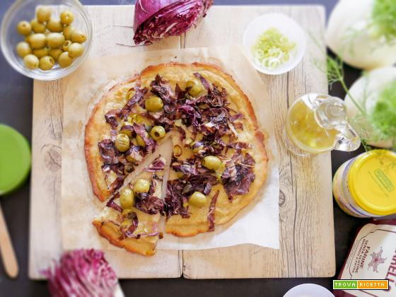 Pizza senza glutine, poco nichel con Radicchio, Olive Verdi, Capperi e crema di Finocchi
