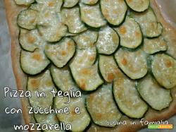Pizza in teglia con zucchine e mozzarella