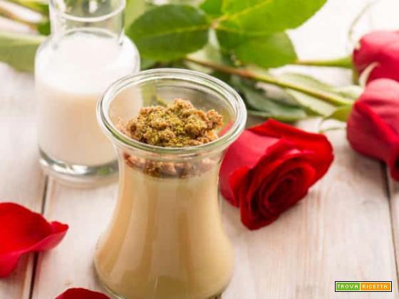 Crema alla rosa in vasocottura con crumble al pistacchio