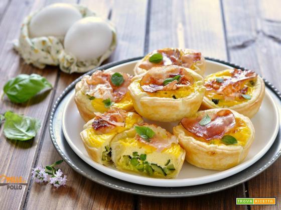 Mini quiche con piselli, zucchine e speck croccante