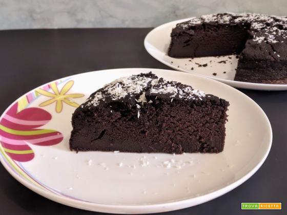 Torta al cioccolato senza zucchero, burro, uova e latte