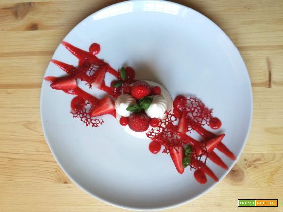 Panna cotta alle fragole e basilico con coralli di lampone
