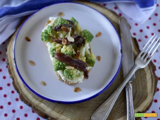Crostone Cavolo Romanesco, Acciughine sottolio e Lamelle di Mandorle Tostate