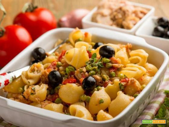 Sfiziose pipe rigate con tonno, pomodori, piselli e olive