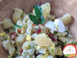 Insalata fredda di patate, uova e pomodorini secchi