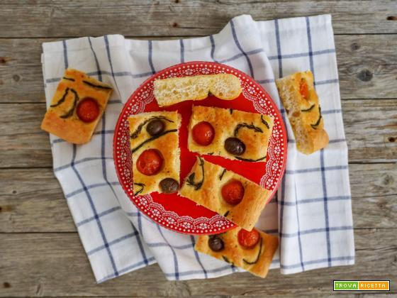 Focaccia a lunga lievitazione con pomodori, olive e asparagi