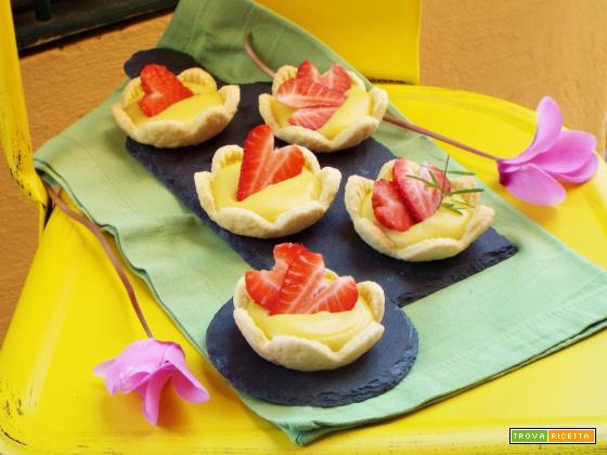 Fiori di pasta frolla con crema e fragole