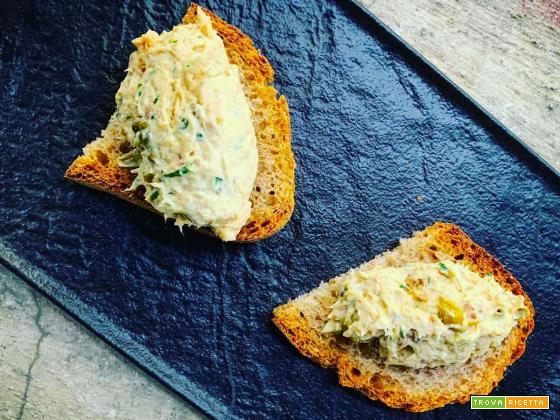 Crostoni di pane con pollo mantecato