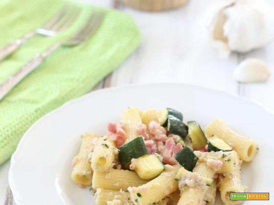 Pasta con crema di zucchine e pancetta