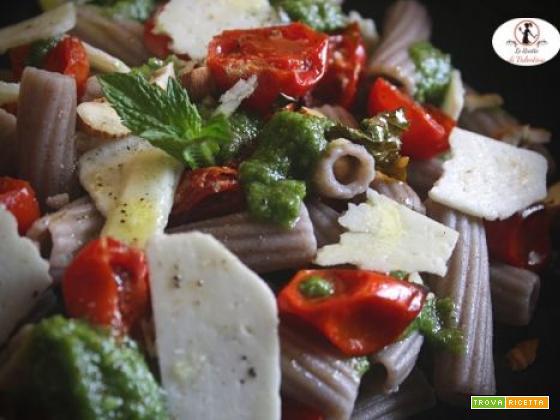 Insalata di pasta di grano saraceno con pomodorini arrosto in friggitrice ad aria, pesto di menta e pecorino romano