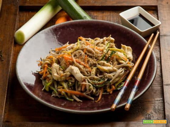 Dal Giappone spaghetti di soba con pollo e verdure