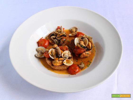 Zuppa di frutti di mare misti su fresella