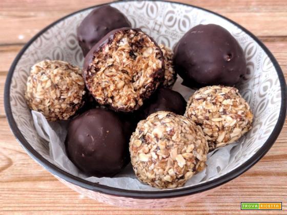 Mini balls senza cottura con prugne secche e fiocchi d'avena