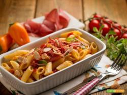 Fresca ed originale insalata di pasta con bresaola e peperoni