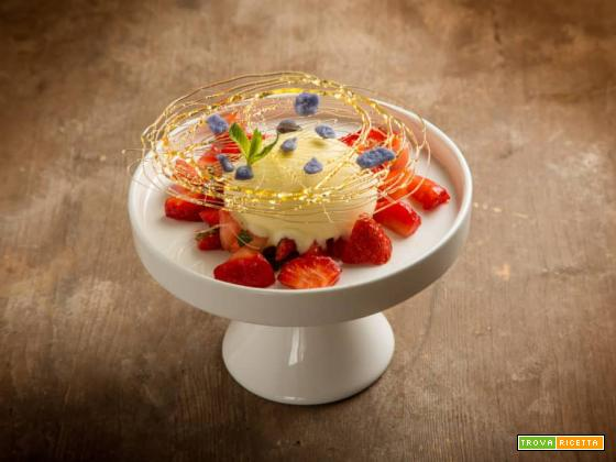 Un dessert cremoso alla mastiha con fragole e menta