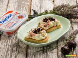 Romantici cuori di pancakes con formaggio Exquisa e amarene