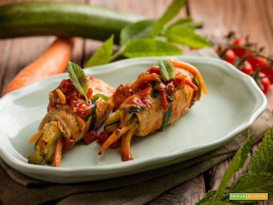 Involtini light di tacchino con pomodoro, zucchine e carote