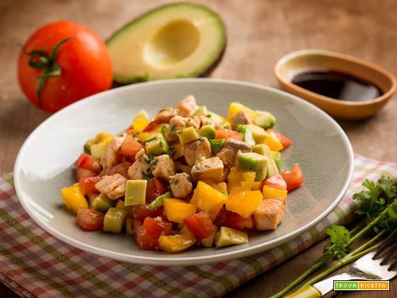Esotica insalata di salmone con peperoni ed avocado