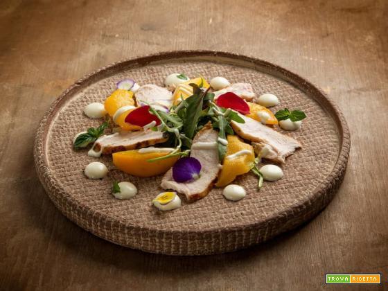 Sfiziosa insalata light di pollo con pesche grigliate e yogurt