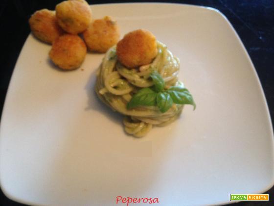 Pasta al pesto di zucchine e polpette di gamberetti