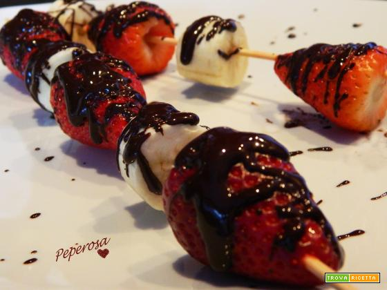 Spiedini di frutta al cioccolato fondente