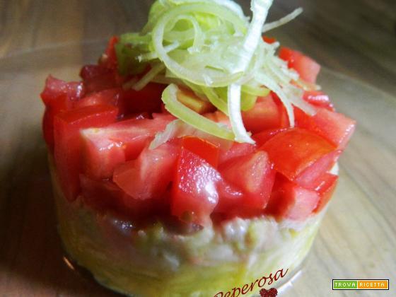 Tartare di salmone con zucchine e pomodori