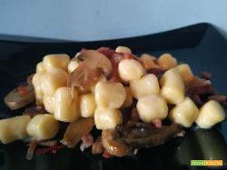 Gnocchi 4 formaggi, pancetta e funghi