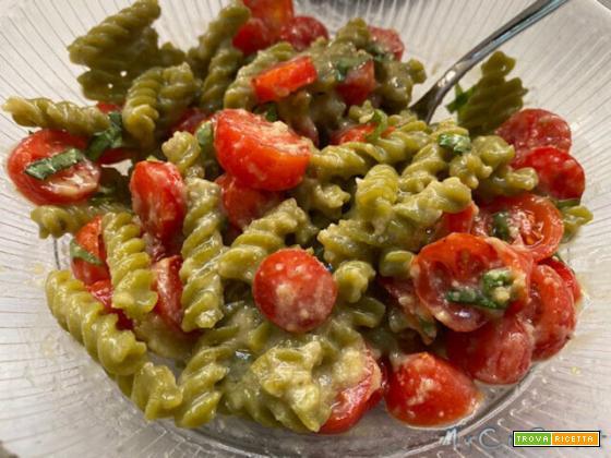 Pasta proteica risottata con pesto di mandorle, pomodorini e basilico
