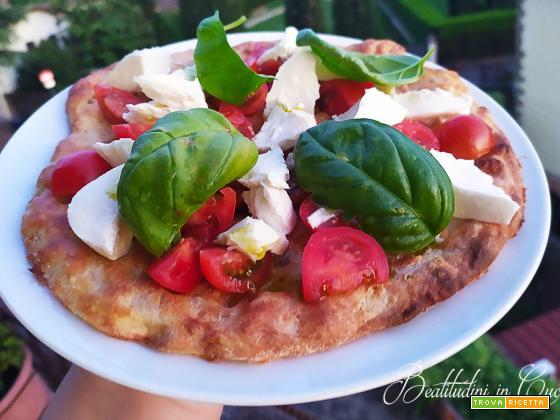 Pizza con pomodorini, bufala e basilico