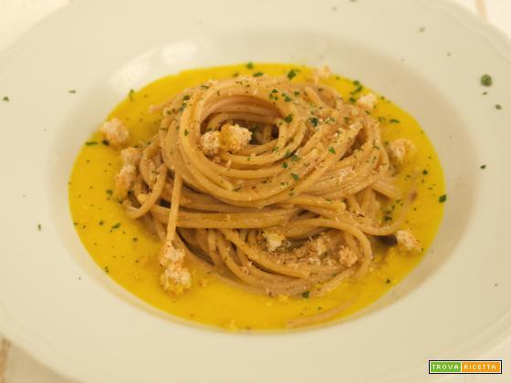 Spaghetti alla crema di peperoni, acciughe e pangrattato