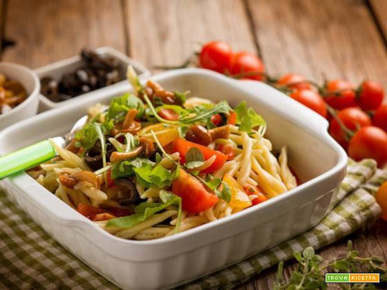Gustosa insalata di trofie con pomodorini, funghetti e rucola