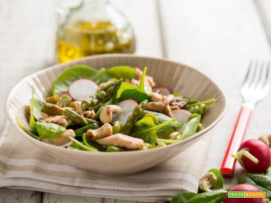 Insalata di spinaci con sgombro e anacardi, un contorno diverso dal solito