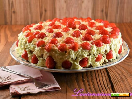 Torta con panna e fragole