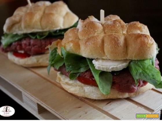 Panino di carne cruda e formaggio di capra, la versione piemontese del cheeseburger