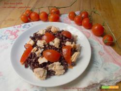 Riso rosso freddo con salmone e pomodorini