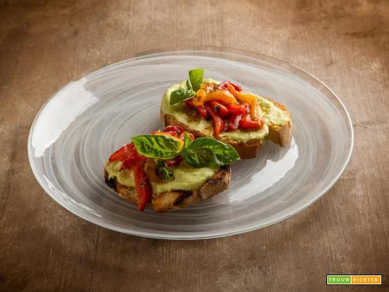 Squisite bruschette gourmet con crema di avocado e peperoni