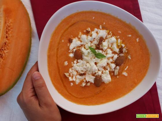 Gazpacho di melone con feta e mandorle