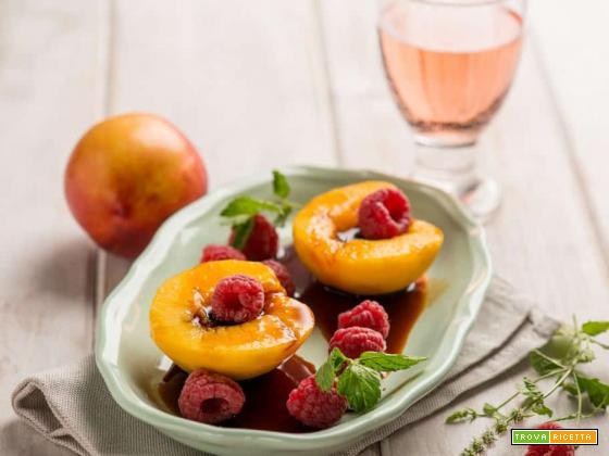 Pesche al vino rosé con lamponi: un dessert intrigante