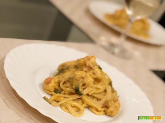 Spaghetti con besciamella allo zafferano, zucchine e gamberi
