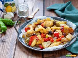 Petto di pollo con patate e peperoni al forno