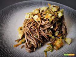 Spaghetti Soba con pollo e verdure